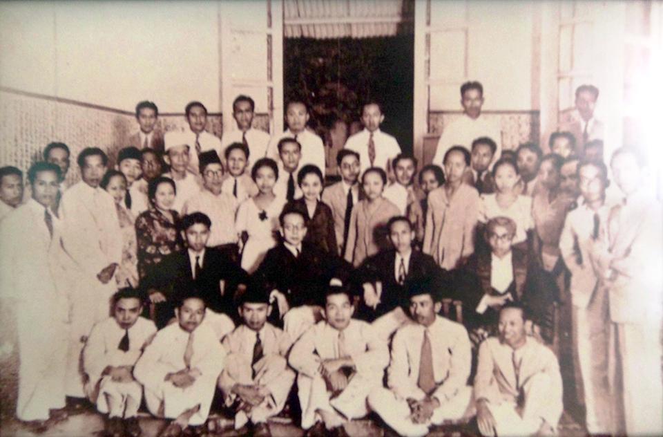 Berdiri Menyanyikan Indonesia Raya