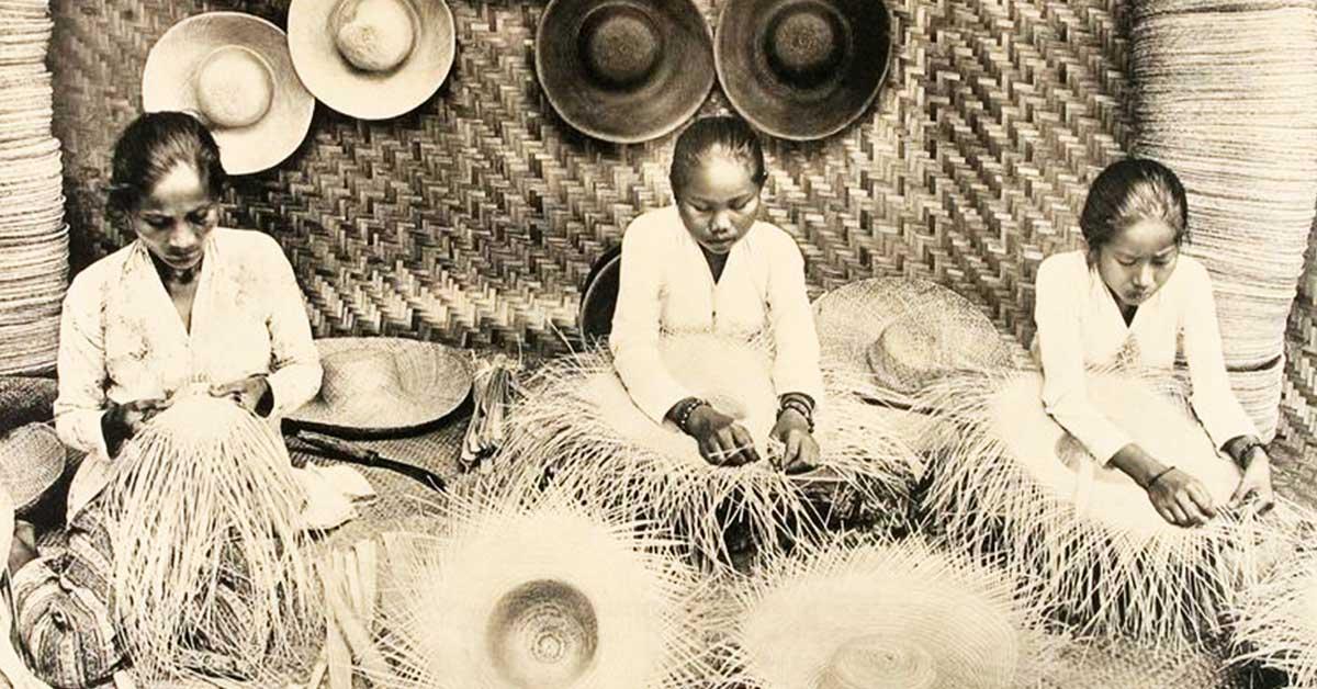 Sejumlah ibu rumahtangga di Tangaerang sedang mengayam topi, komoditas ekspor andalan Hindia Belanda awal abad ke-20/Foto: KITLV