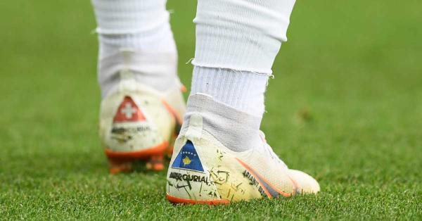 Sepatu bola Xherdan Shaqiri dengan bendera Swiss dan Kosovo Foto  fifa.com bea96ebf35