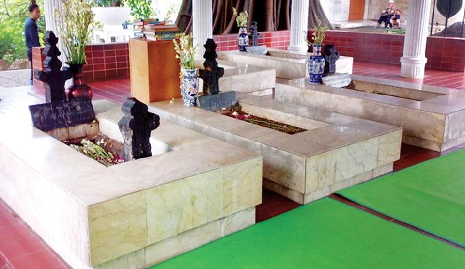 Makam di Sisi Masjid Perlawanan